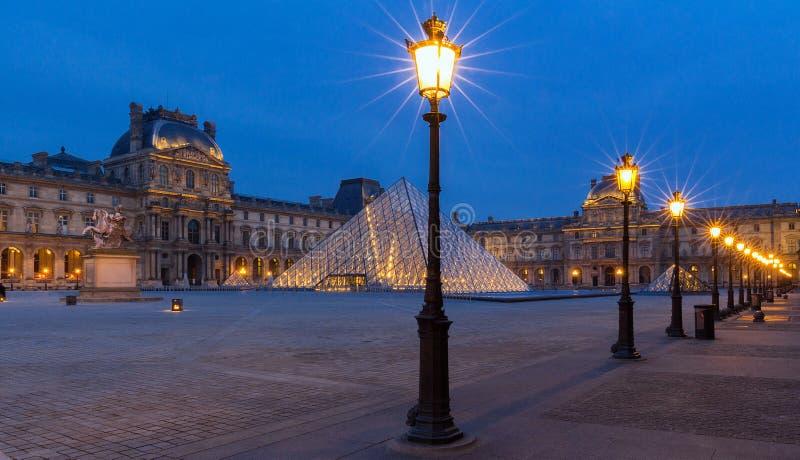 Sehen Sie auf der Louvre-Pyramide und dem Pavillon Rishelieu am Abend, Paris, Frankreich an lizenzfreie stockbilder
