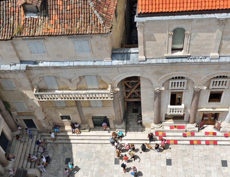 Sehen Sie das Schauen unten auf dem Diocletian-Palast-Quadrat an stockfotos