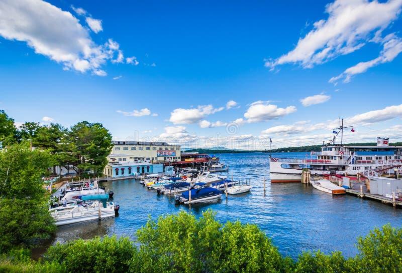 Sehen Sie den Pier und die Boote Winnipesaukee an, die auf See Winnipesauk angekoppelt werden lizenzfreies stockbild