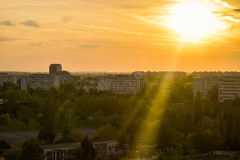 Sehen Sie den schönen Sonnenuntergang über Bukarest-Stadt vom Balkon an Hohe Ansicht Bukarests stockbilder