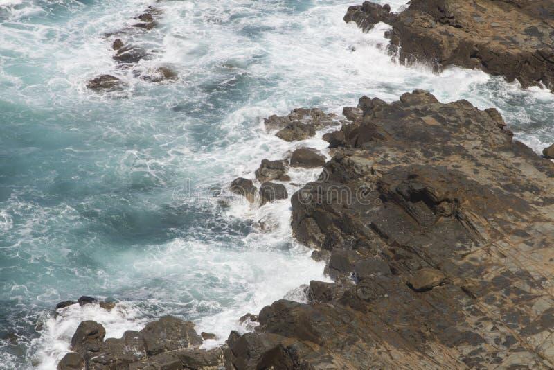 Sehen Sie Felsen gegen Wellen Küsten-der großen Ozean-Straße nette Victoria Australia an stockbilder