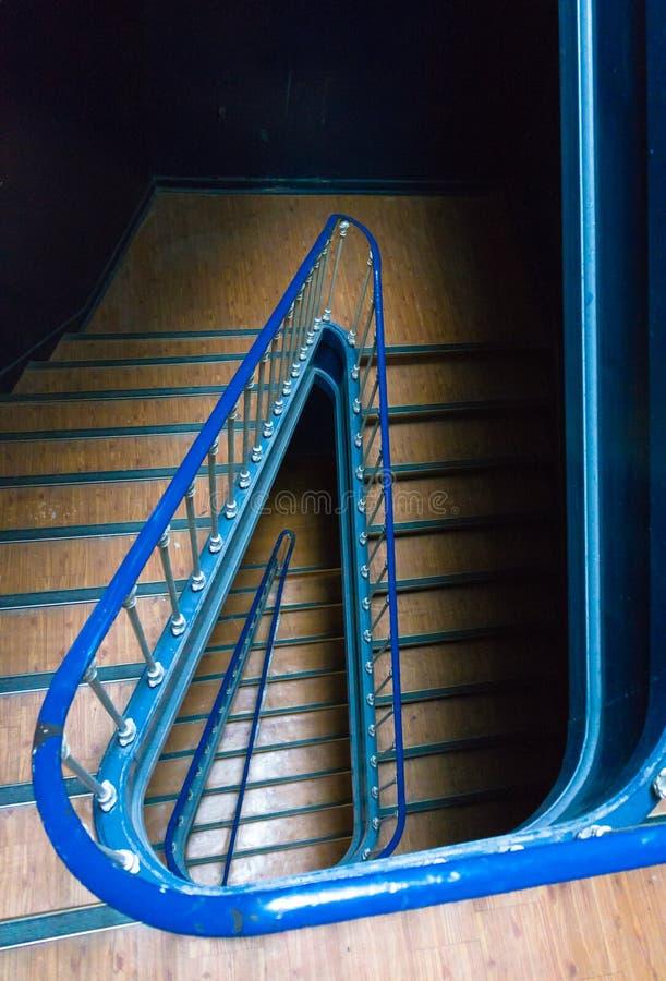 Sehen Sie hinunter ein Treppenhaus in klassischem Portugal-Gebäude an stockfoto