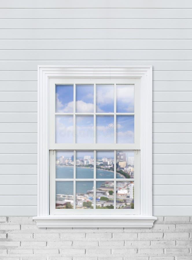 sehen Sie Meerblick von Pattaya-Bucht vom weißen hölzernen Fenster und vom Weiß an stockbild