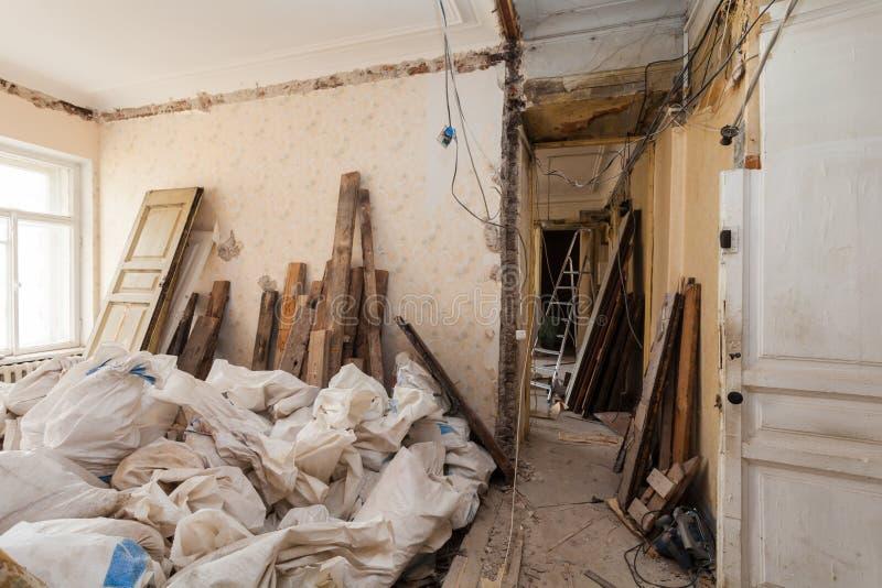 Sehen Sie Raum der Wohnung und des Retro- Leuchters während der Untererneuerung, der Umgestaltung und des Baus an lizenzfreies stockbild