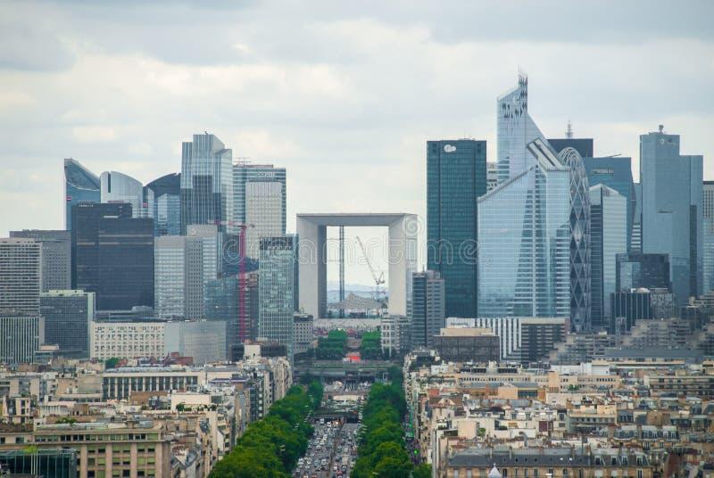 Sehen Sie in Richtung zu Stadtzentrum Grande Arche-de la Defense Paris an lizenzfreies stockfoto