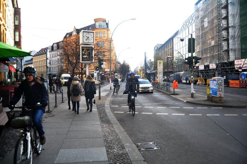 Sehen Sie Stadtbild von den deutschen Leuten an, die auf den Fußweg und dem Radfahren gehen lizenzfreie stockfotografie