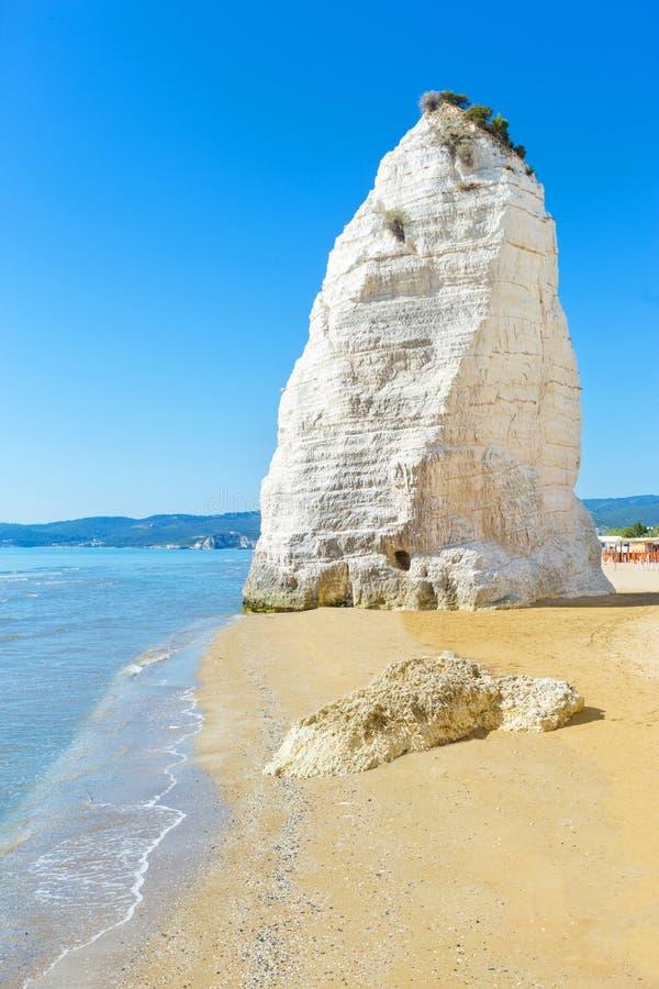 Sehen Sie Strand von Vieste mit Pizzomunno-Felsen, Gargano-Küste, Apulien an stockfotografie