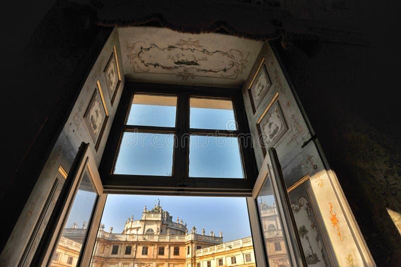 Sehen Sie von einem Fenster des Stupinigi-Jagdpalastes, nahe Turin, in Piemont-Region flüchtig lizenzfreies stockbild