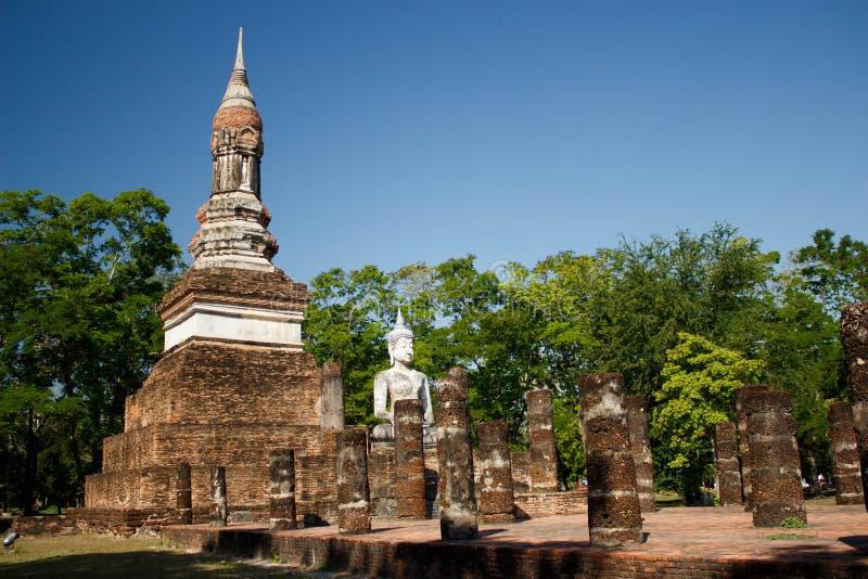 Sehen Sie zu den Ruinen und sitzenden zur Buddha-Statue in historischem Park Sukhothai an stockfoto