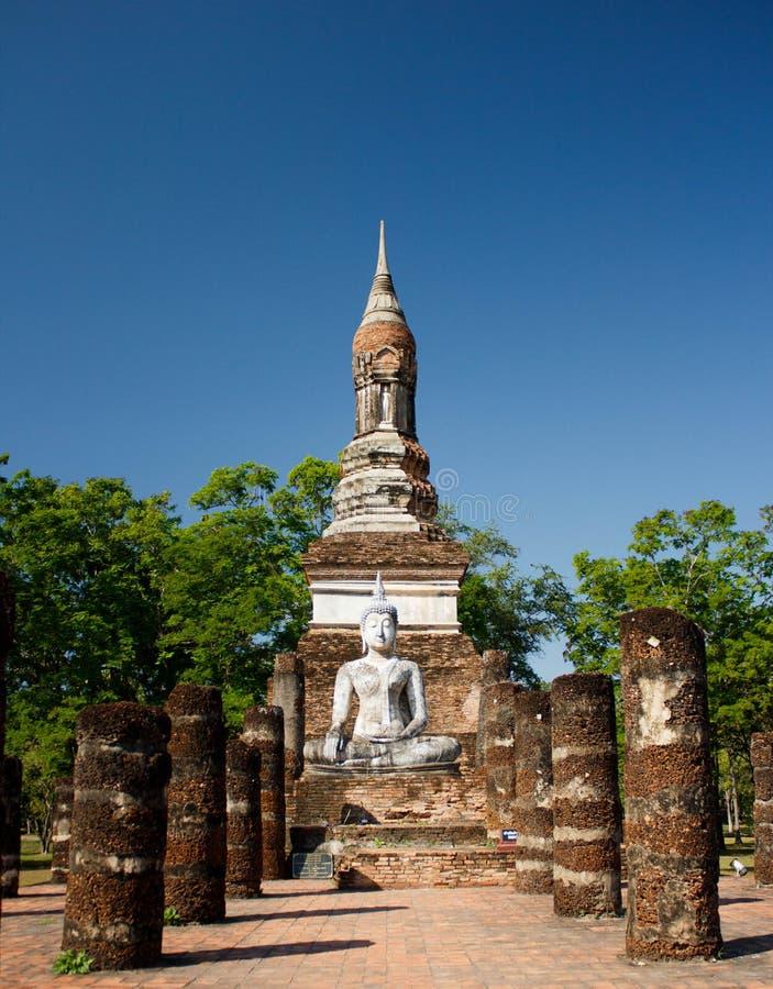 Sehen Sie zu den Ruinen und sitzenden zur Buddha-Statue in historischem Park Sukhothai an stockfotografie