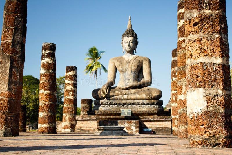 Sehen Sie zu den Ruinen und sitzenden zur Buddha-Statue an Wat Mahathat-Tempel in historischem Park Sukhothai an lizenzfreies stockbild