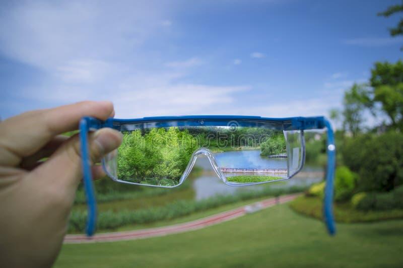 Sehen von Landschaft durch Gläser lizenzfreies stockfoto