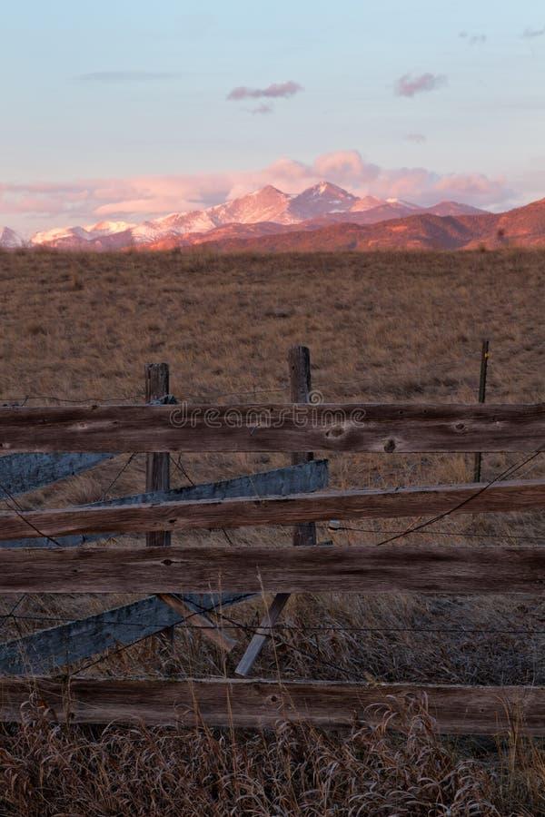 Sehnt sich Spitze bei Sonnenaufgang mit rustikalem Zaun im Vordergrund stockbilder