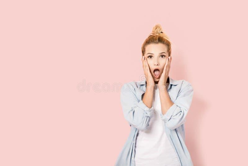 Sehr überraschte junge Frau stockfotografie