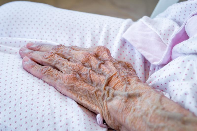 Sehr alte ältere Frauenhand, geknitterte Haut lizenzfreie stockfotos