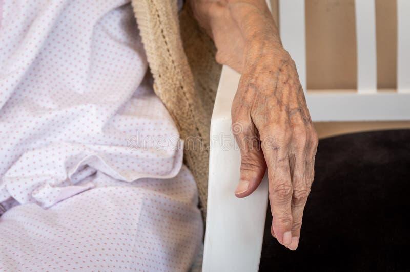 Sehr alte ältere Frauenhand, geknitterte Haut stockfotos