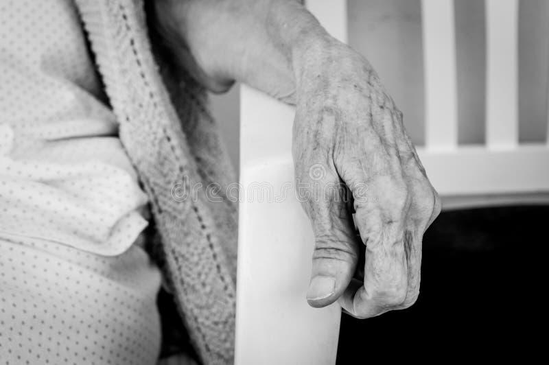 Sehr alte ältere Frauenhand, geknitterte Haut lizenzfreie stockfotografie
