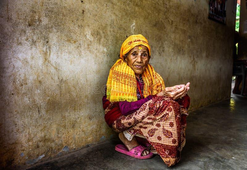 Sehr alte Frau bittet in einem lokalen Ruhesitz, Nepal stockfoto