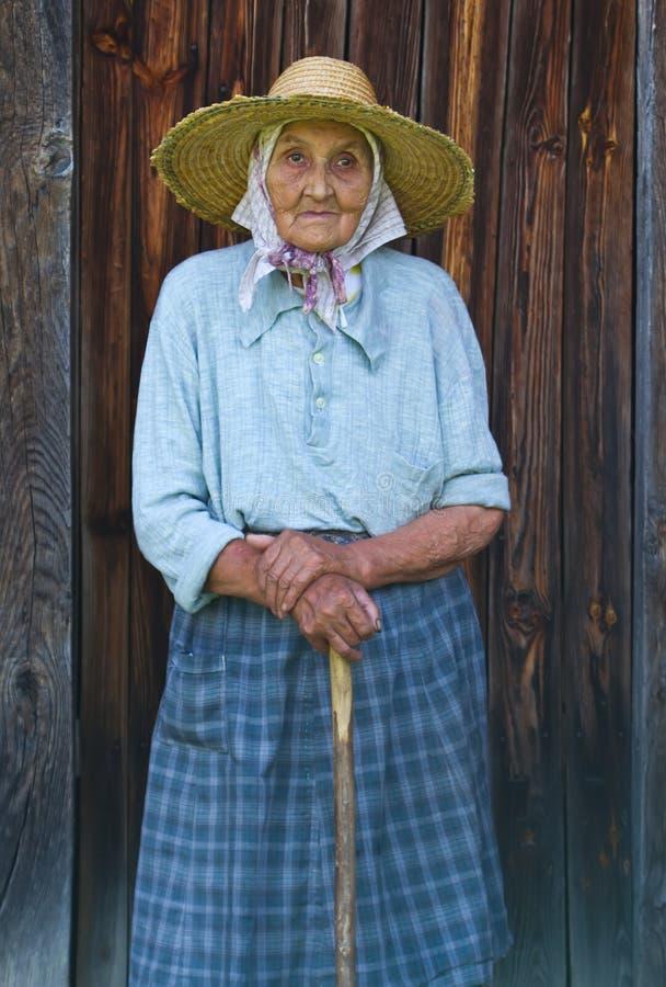 Sehr alte Frau vom Dorf stockbild. Bild von frau