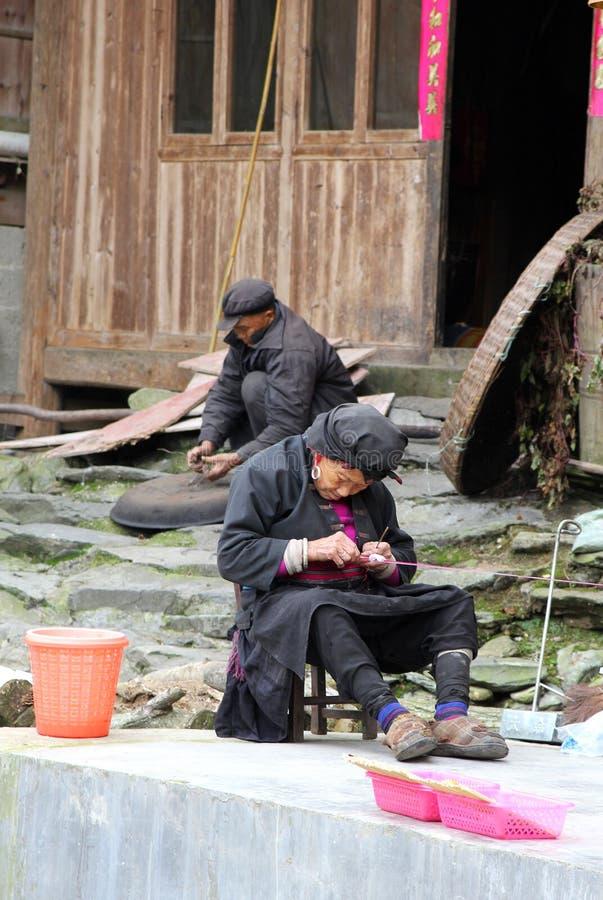 Sehr alte Frau von Yao Hilltribes twines Threads stockfotografie