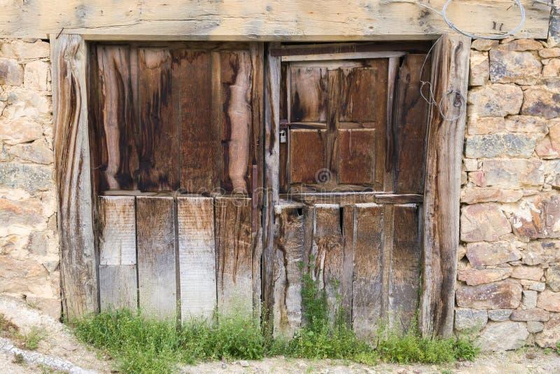 Sehr alte Holztür im antiken Gebäude lizenzfreie stockfotografie