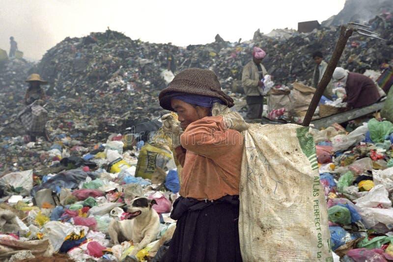 Sehr alte philippinische Frau, die an Müllgrube, Dump arbeitet lizenzfreie stockbilder