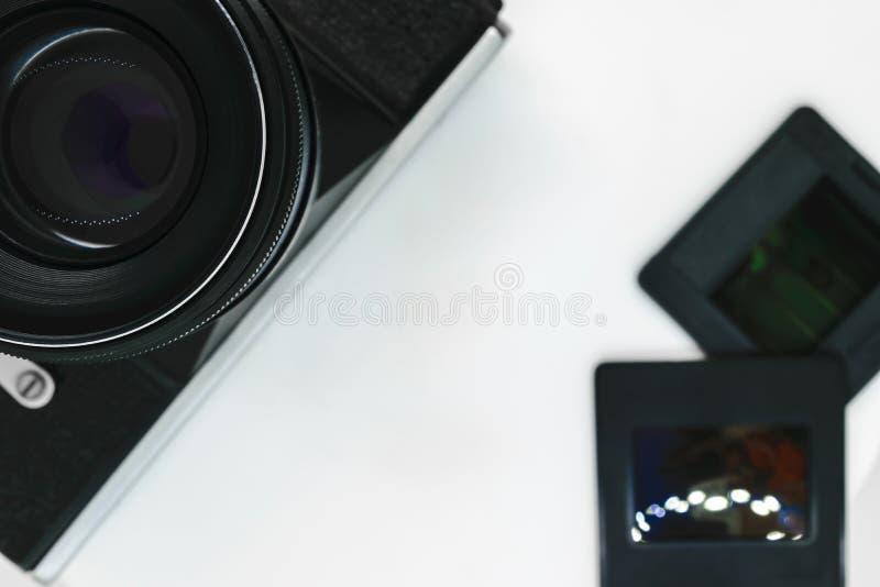Sehr alte Weinleseschwarz-Fotokamera mit schwarzer Linsenansicht von zu lizenzfreies stockbild