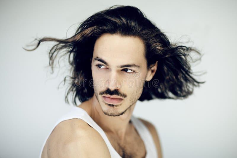 Sehr attraktives lächelndes Schönheitsporträt des jungen, athletischen, muskulösen Mannes lizenzfreie stockfotos