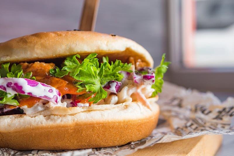 Sehr geschmackvoller saftiger Fleischburger lizenzfreie stockfotos
