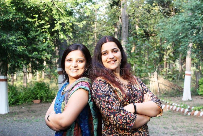 Sehr glückliche indische (asiatische) Schwestern stockfotos