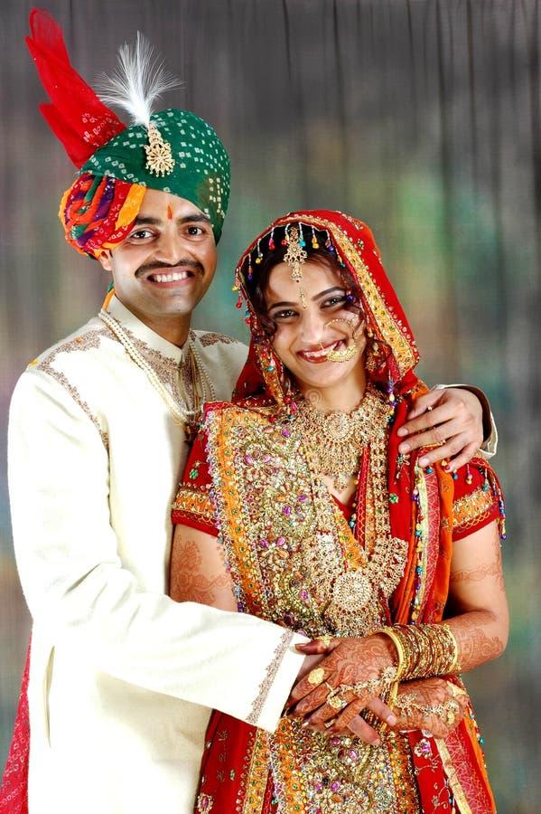 Sehr glückliche indische Paare auf ihrem Hochzeitstag stockfoto