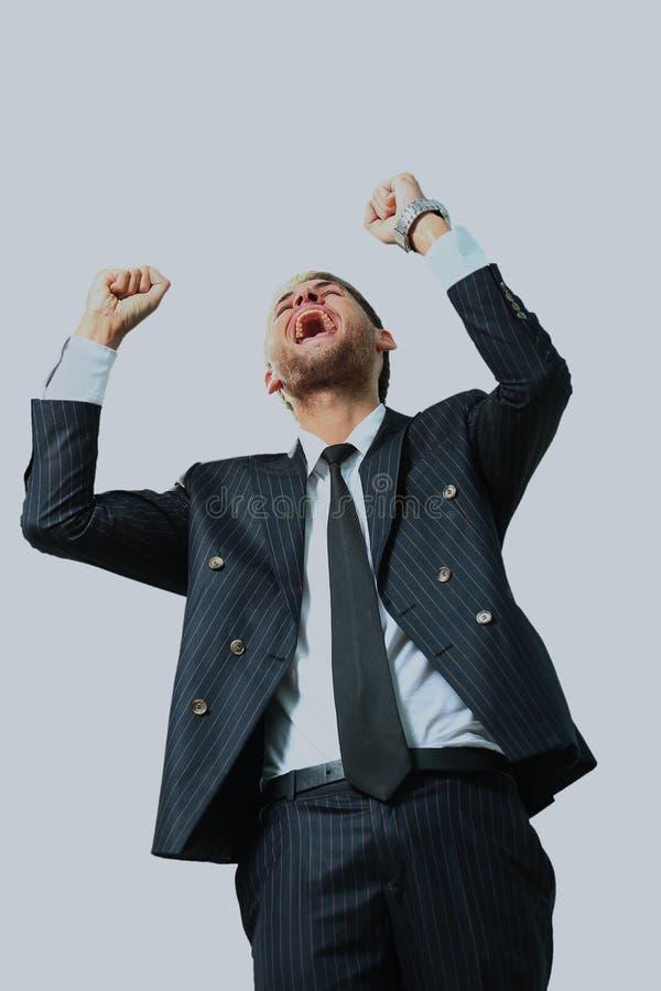 Sehr glücklicher Energiegeschäftsmann mit seinen Armen angehoben lizenzfreies stockfoto