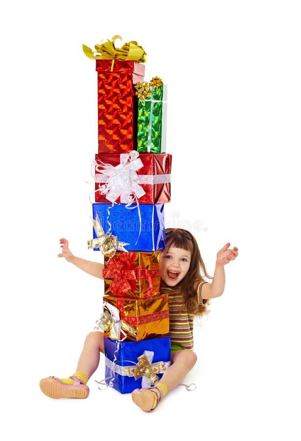 Sehr glückliches Kind genießt auf Feiertagsgeschenken lizenzfreies stockfoto