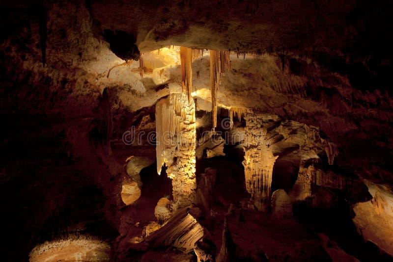 Sehr große stalagtites und Spalten in einer Höhle lizenzfreie stockbilder