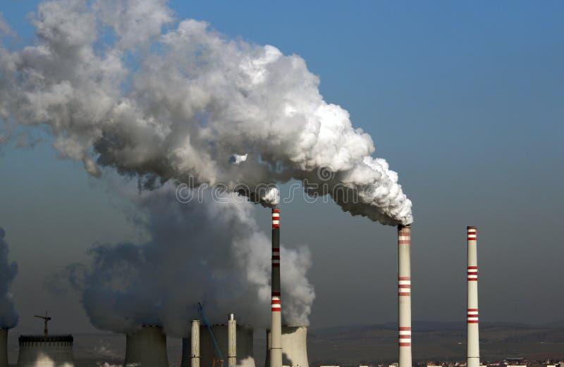 Sehr große Wolke des beschmutzten Rauches von der Kohleenergieanlage stockbilder