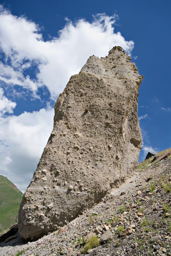 Sehr großer Felsen gegen einen blauen Himmel mit Wolken, Kaukasus stockfotos
