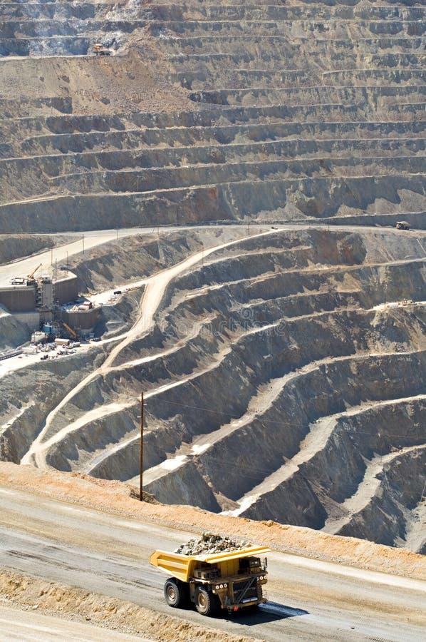 Sehr großer Kipper in der Tagebaugrube stockfotos