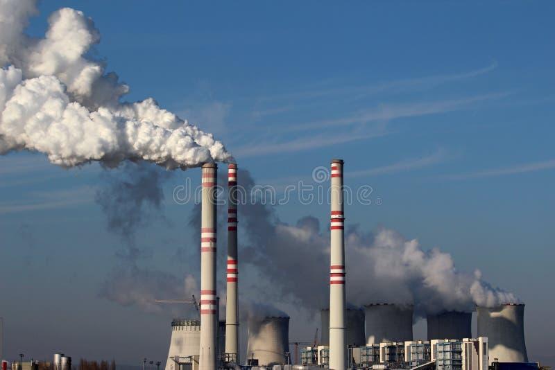 Sehr großer Rauch von der Kohleenergieanlage lizenzfreies stockfoto