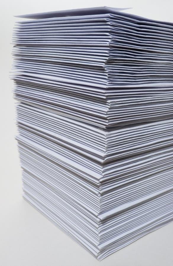 Sehr großer Stapel Umschläge lizenzfreie stockbilder