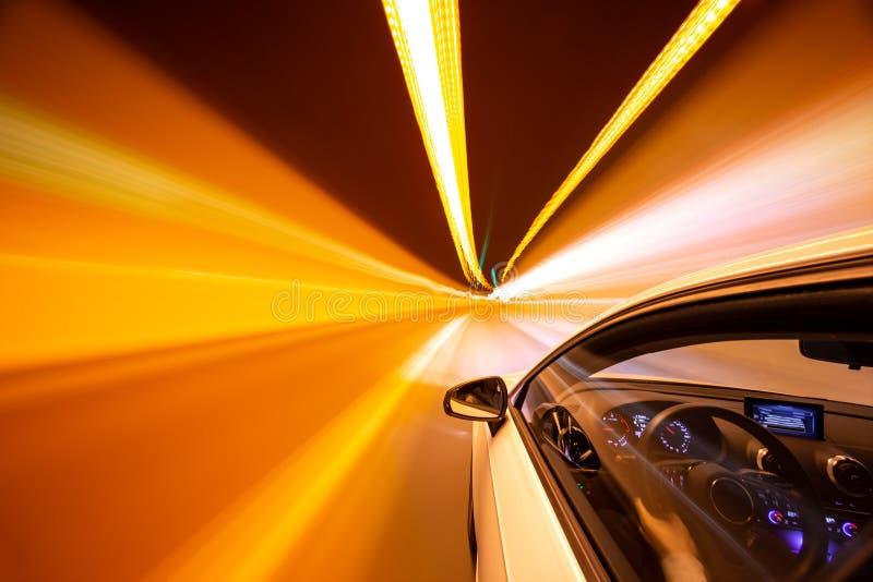 Sehr Hochgeschwindigkeits-Antrieb durch einen Tunnel stockbilder