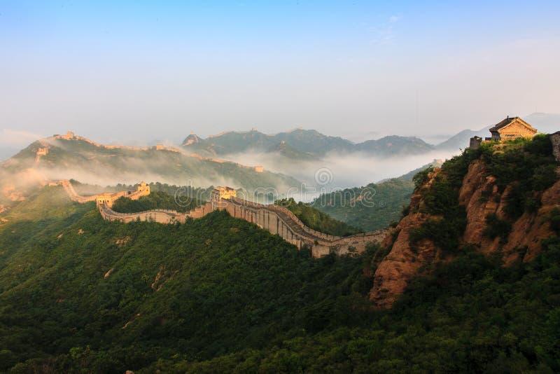 Sehr hohe Majestät des Sonnenaufgangs der Chinesischen Mauer in stockbild