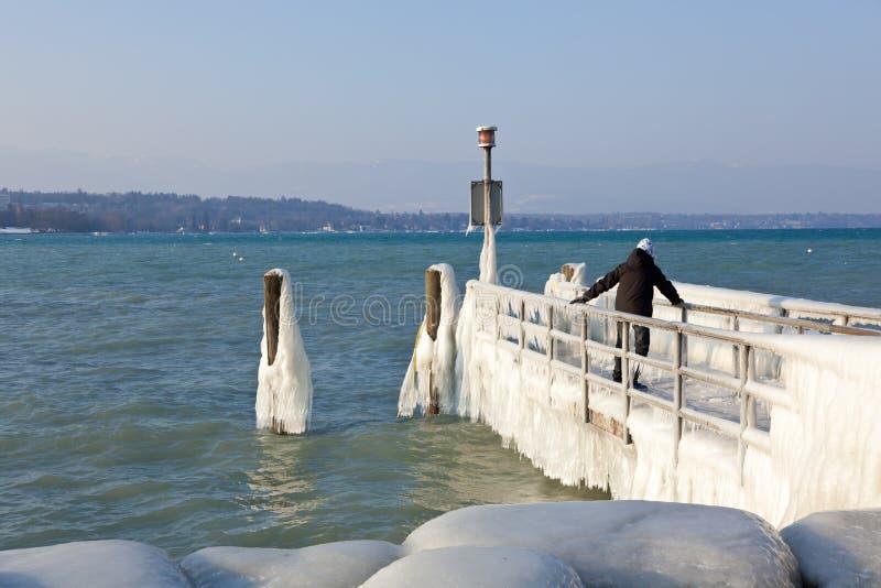 Sehr kalte Temperatur geben Eis und frieren am See Leman-bord ein stockbild