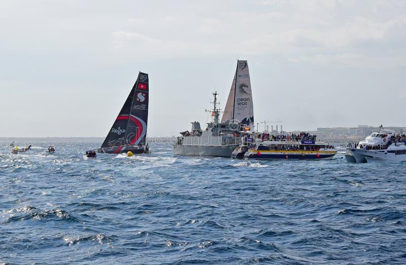 Sehr nahes Laufen zwischen Zuschauerboots-Volvo-Ozean-Rennen Alicante 2017 stockfotos
