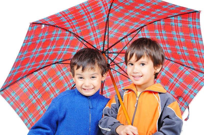 Sehr nette kleine Jungen in der Herbstkleidung lizenzfreies stockfoto