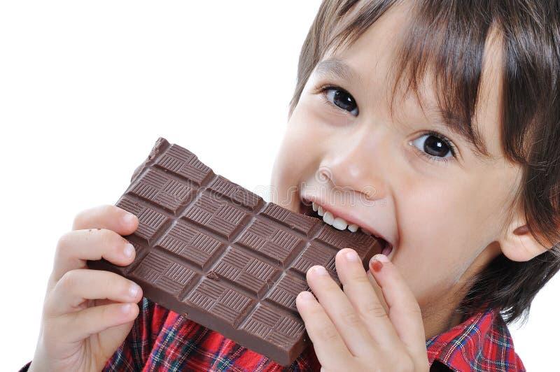 Sehr nettes Kind mit Schokolade lizenzfreie stockbilder