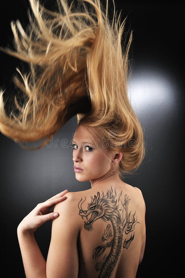 Sehr reizvolles Drache tatoo Mädchen stockfoto