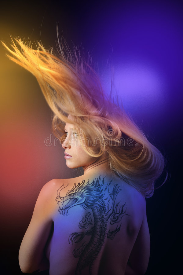 Sehr reizvolles Drache tatoo Mädchen stockfotos