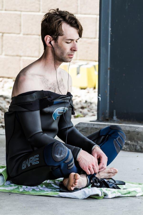 Sehr ruhiges Freediver, das ein trockenes Aufwärmen beim Hören Musik tut stockbilder