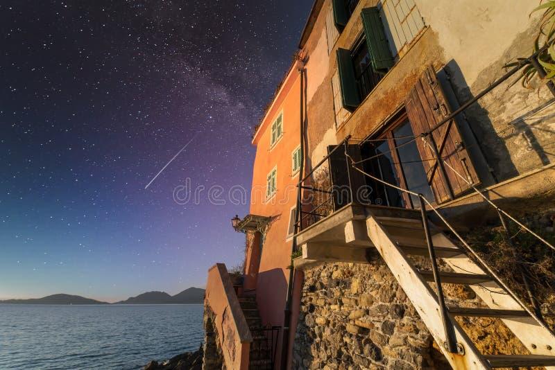 Sehr schöne Aussicht auf Tellaro, ein nettes Dorf in kursiv stockfotografie