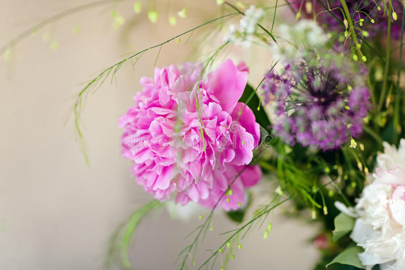 Sehr schöne rosa Pfingstrosen gemacht in einem Blumenstrauß stockbild